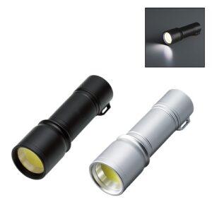 片手に収まるコンパクトな明るさバツグンの懐中電灯です。お子様でも片手で持つことができる持ち運びしやすいコンパクトサイズです。シンプルな見た目で夜間や停電時等に手に取りやすいデザンです。ご自宅にはもちろん、車内やバッグに忍ばせればもしもの時にとっても便利です。ブラックとマットシルバーの2色展開で目立たないシンプルなカラーリングとなっております。ご成約時の記念品や社員へのプレゼントにもおすすめです。