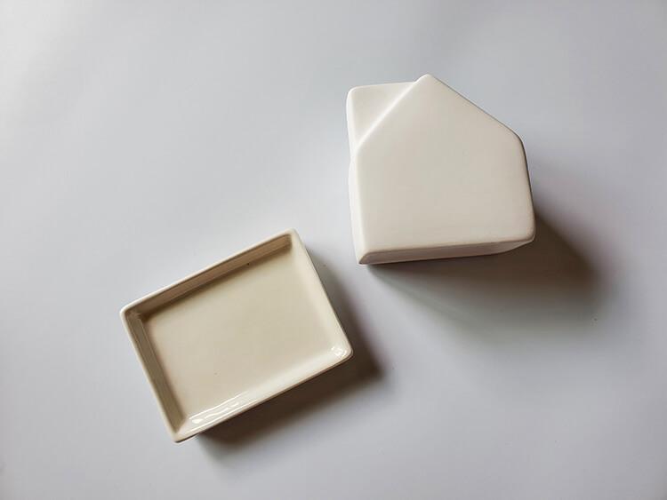 陶器でできたおうち型気化式「陶製エコ加湿器」の裏側