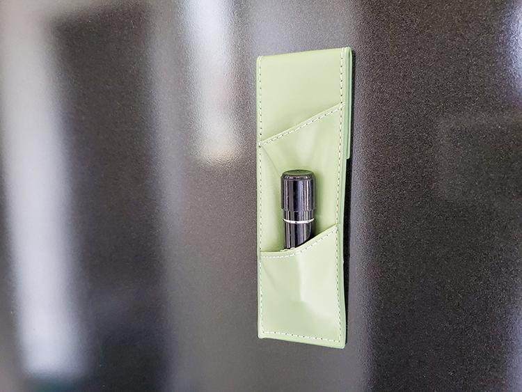 「挟めるスリムペンケース」はマグネットがつく玄関ドアに取り付けてハンコ収納にも使える